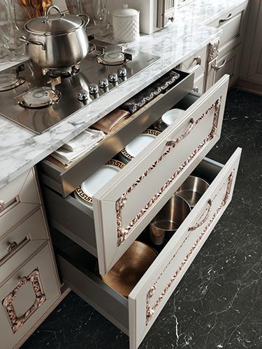 επιπλα κουζινας με χαλκινες λεπτομερειες