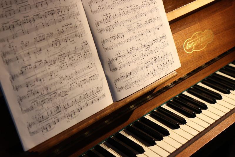 παρτιτούρα πάνω σε πιάνο