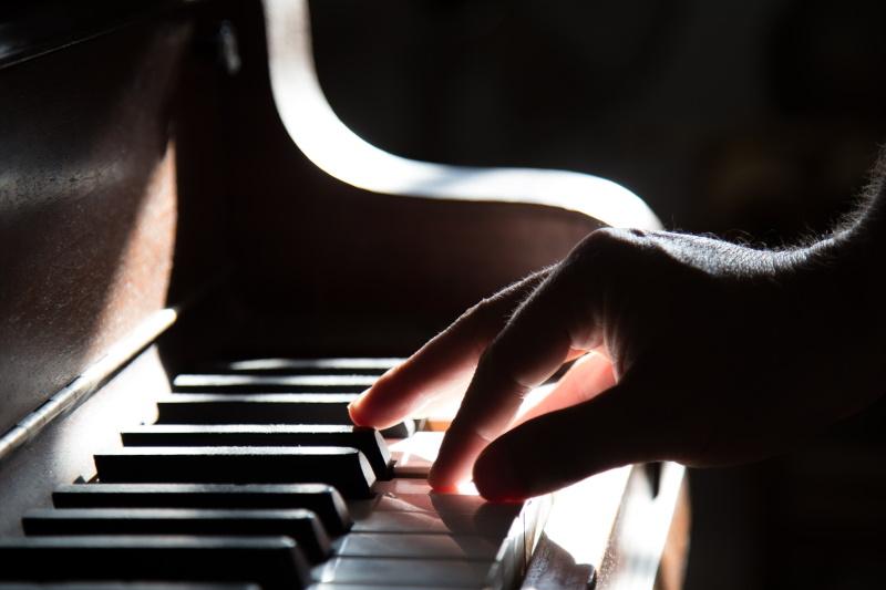 πιανίστας παίζει πιάνο